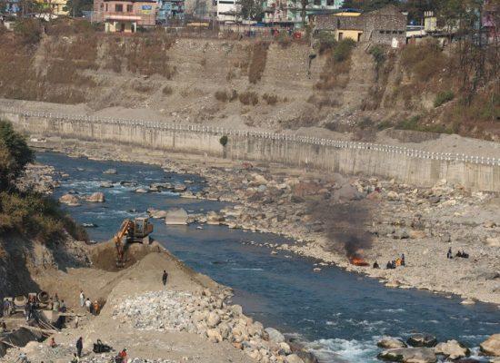 दार्चुलास्थित महाकाली नदी किनारमा भारतले बनाउँदै गरेको पक्की तटबन्ध । तस्बिर : मनोज बडू/कान्तिपुर