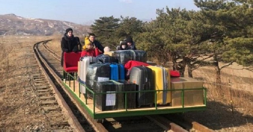रुसी कुटनीतिज्ञहरुको समूह हातले ठेल्ने ट्रली चढेर उत्तर कोरियाबाट बाहिरिए