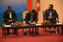 सरकारसंग भएको तीन बुन्देस सहमतिमा हस्ताक्षर गर्दै प्रबक्ता प्रकाण्ड